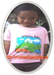 Kinan dengan kaus hadiah Yang Ti dari Gunung Kelud