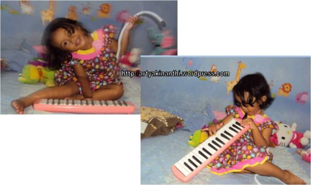 Bermain pianika dengan asal pencel aja...kadang emaknya yang bermain kinan yang nyanyi...