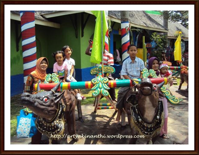 Berphoto di Patung Karapan Sapi, Perlombaan Khas yang ada di Madura