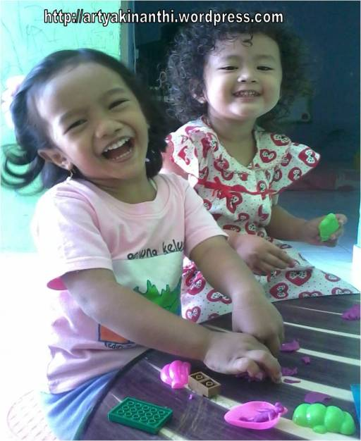 Kinan dan Tata ( teman mainnya dirumah) sedang bermain playdough....melihat senyummu yang  Happy jadi obat kangen mama di tempat nyangkul nduk :)