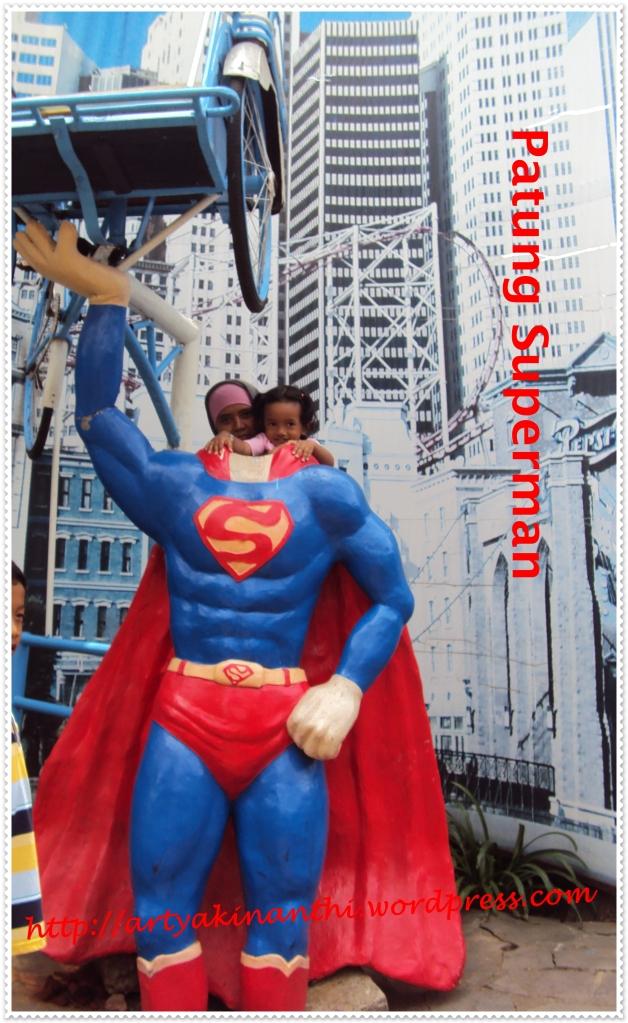 Patung untuk berpose..ada patung superman yang sedang mengangkat Becak