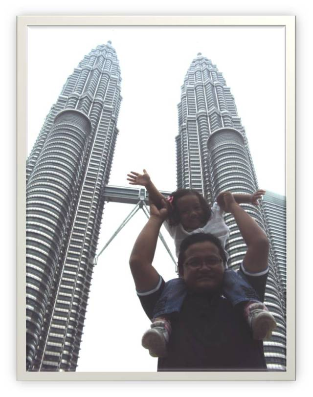 Kinan dan Ayah in front of Twin Towers Kuala Lumpur
