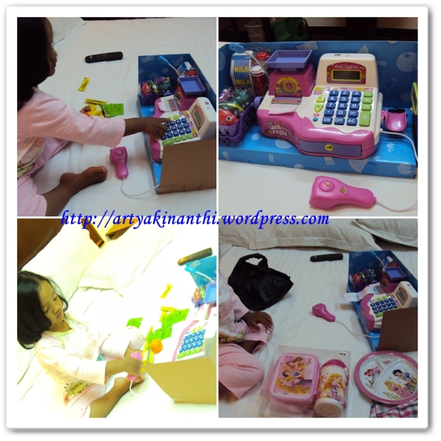 Mainan kasir kasiran dan  serba princess...hedeh yo wis yang penting senang :)