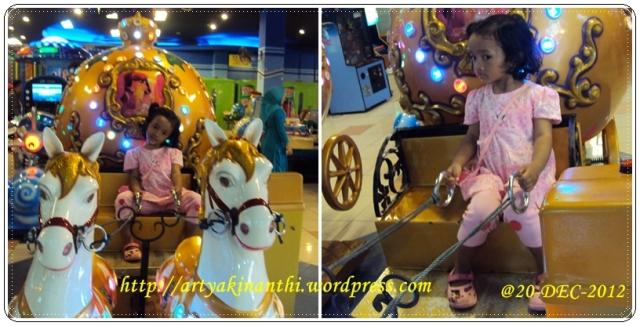Naik kereta mainan di playground Ramayana Tanjung Pinang