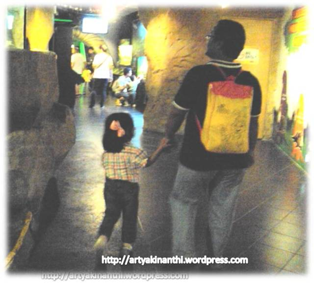 "Gara gara ayah kinan saya ""bully"" bawa tas bobo kita jadi dikenali orang dan bertanya "" dari Indonesia yah?"" kok tahu...dari tas Bobonya ternyata...hua...."