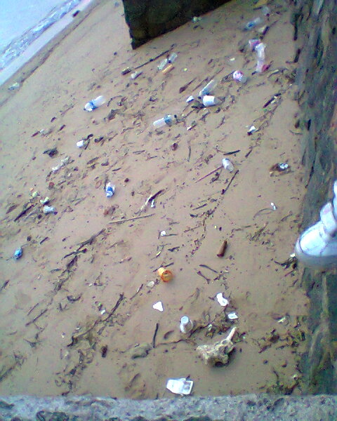 Tepi Pantai yang tercemar sampah bekas botol Minuman dan makanan