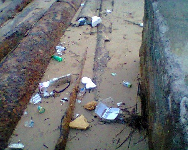 Sampah bekas makanan dan botol minuman yang berserak di tepi Pantai Pertamina Tanjung Uban- Bintan