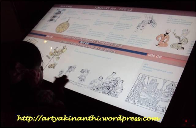 """Kinan bermain dengan """"touch screen"""" tentang perjalanan Ilmu pengetahuan"""
