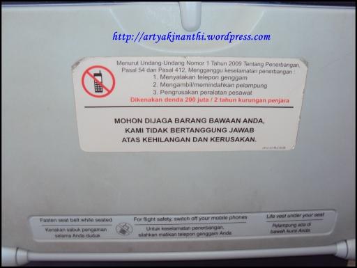 Di belakang bangku pesawat biasanya tertera peringatan seperti ini, jadi rasanya cukup jelas