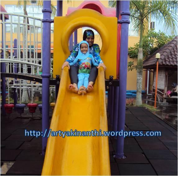 at playground Masa kecil emaknya kurang main perosotannya hehehe