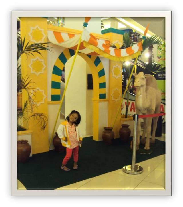 Bergaya didepan pintu  masuk KETOS yang di setting dengan nuansa Timur tengah Khas untuk menyambut  bulan ramadhan dan Idul Fitri