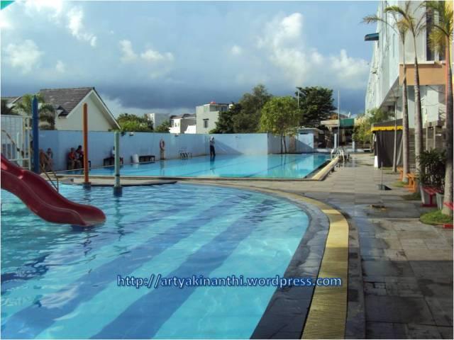 Kolam renang besar The Centro Hotel and Residence