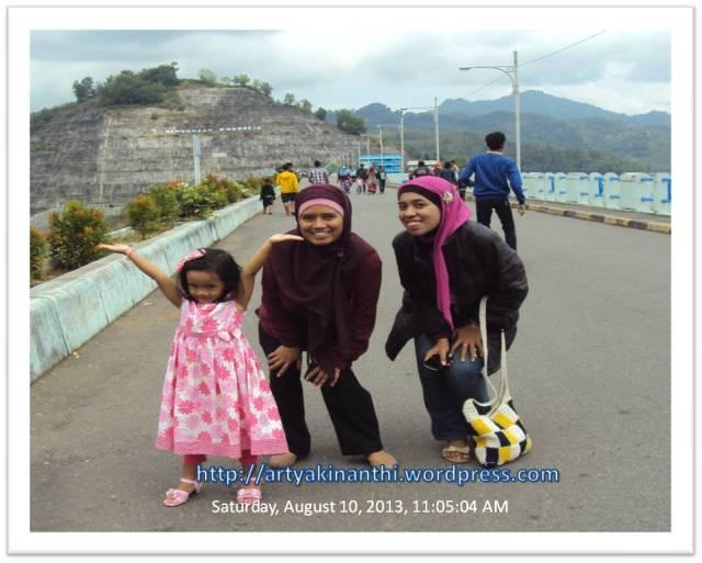 Saya, Kinan dan Kawan di Waduk Wonorejo *pak ne jadi juru photonya..