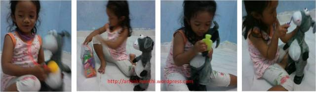 Bermain dokter dokteran dengan bonekanya