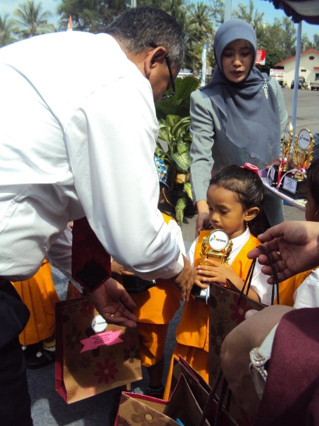 Penyerahan Hadiah  diberikan oleh Kepala Depo Pertamina Tanjung Uban Bp. Guntur M