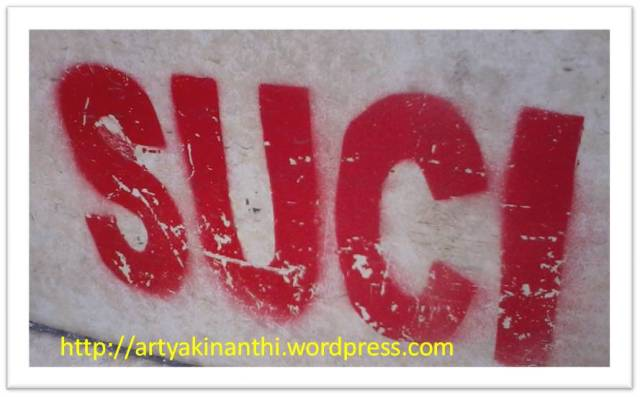 "Tulisan SUCI di tangga  mushola yang ikut terbaca sama kinan lalu berlanjut apa itu artinya ""SUCI""  (2013-10-26)"