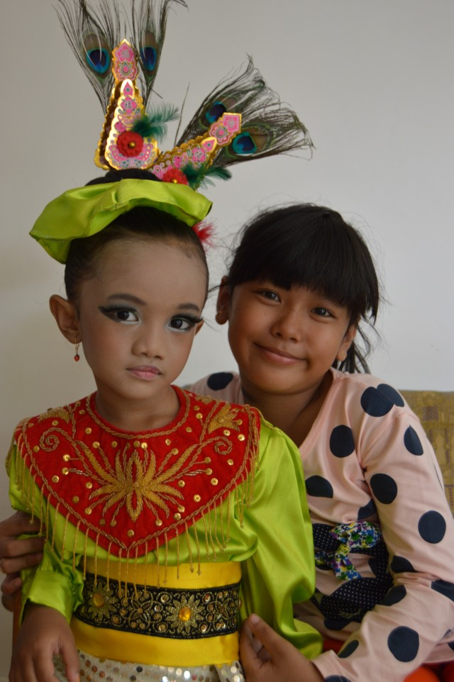 Bersama cece Indri putri Bu mela :)