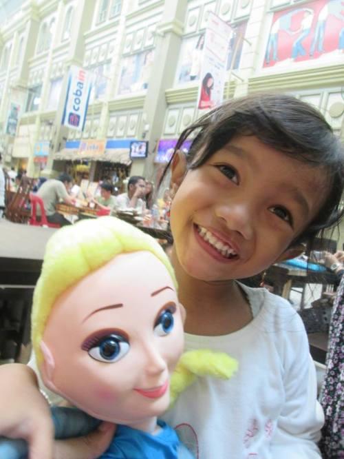 Saat jalan jalan Ke Batam  termehek mehek sama Boneka Elsa :)