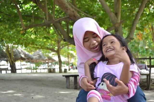 Dengan mbak Dwi di pantai kampung dinda-pantai sakerah